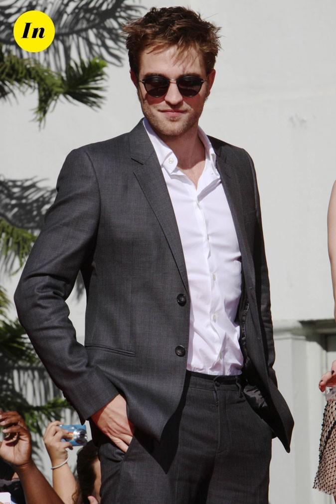 Robert Pattinson en costume gris à Cannes en 2010