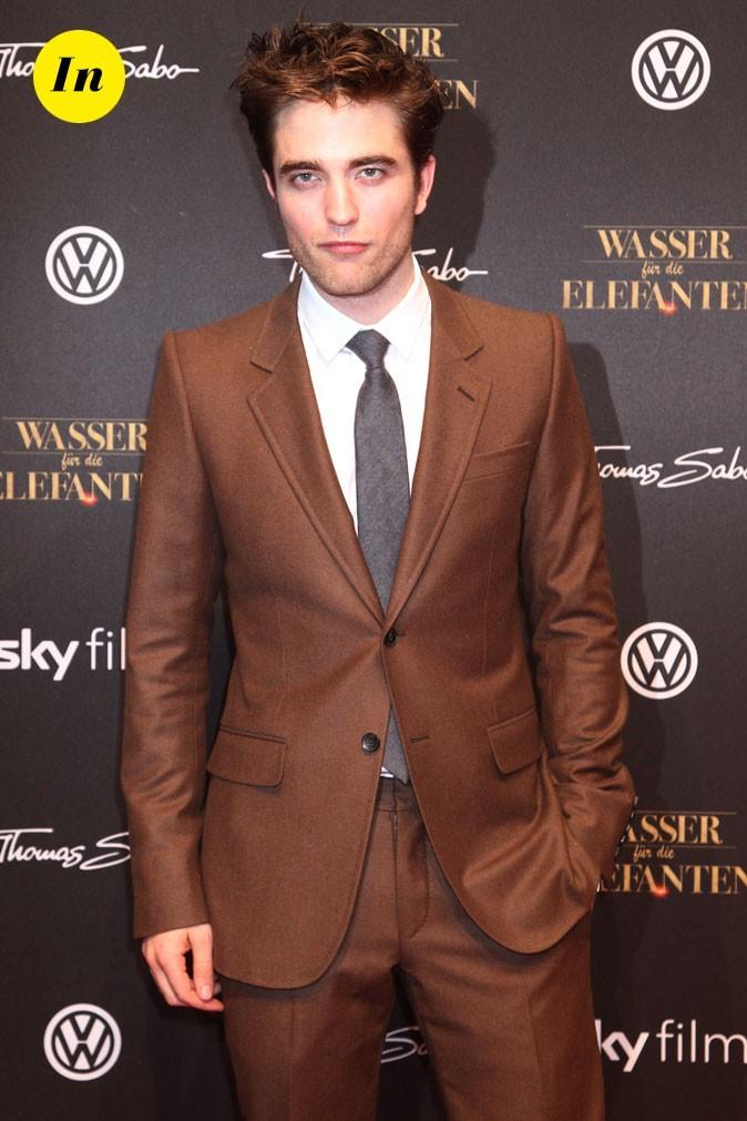 Robert Pattinson en costume monochrome marron