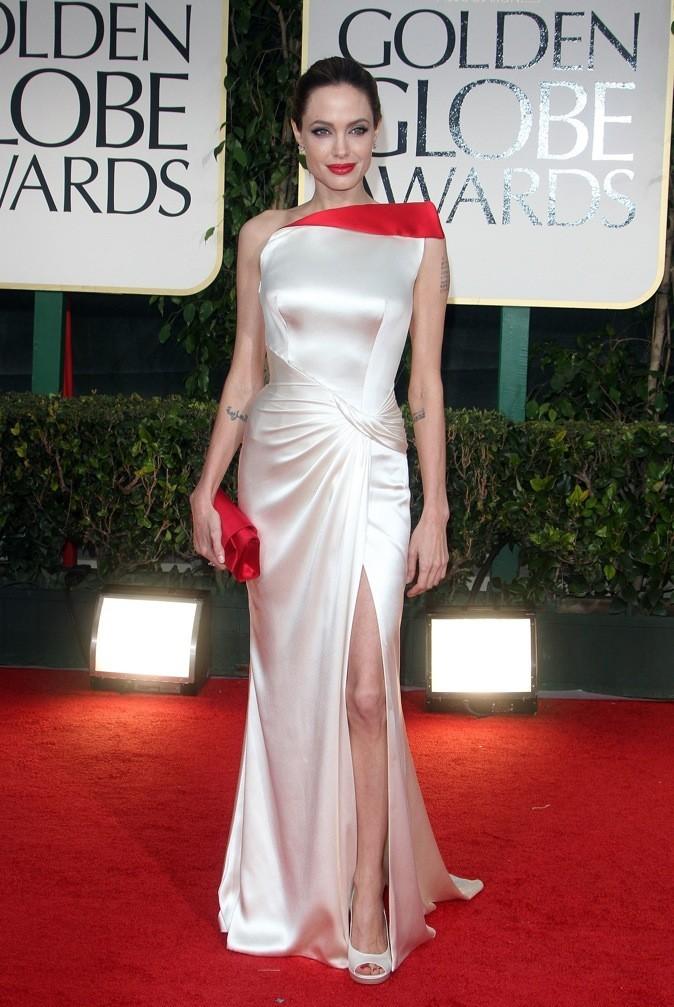 Angelina-Jolie-dans-une-robe-ivoire-et-rouge-en-soie-signee-Atelier-Versace_portrait_w674.jpg (674×1007)