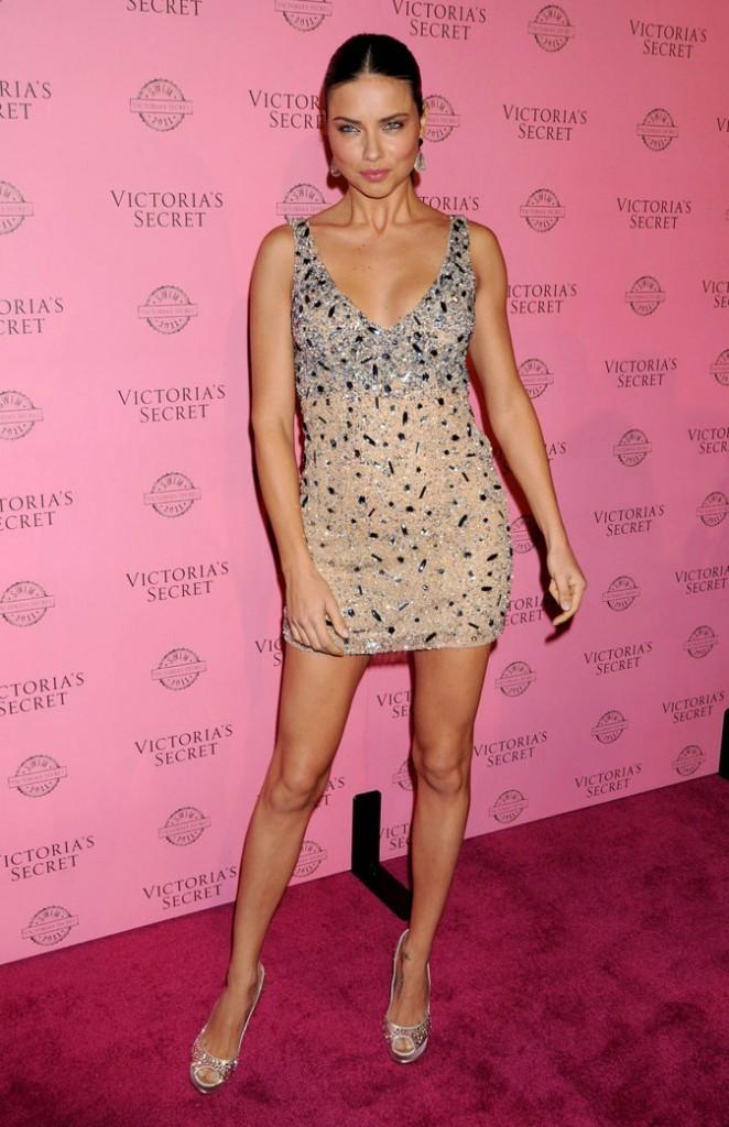 Adriana Lima : une petite robe qui brille un peu trop ?