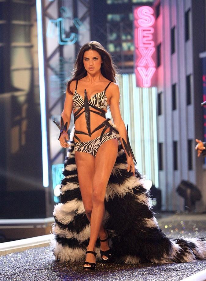 Adriana Lima wild pour le défilé Victoria's Secret : sexy !