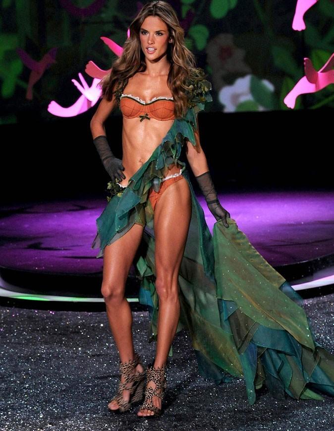 Alessandra Ambrosio caliente pour le défilé Victoria's Secret