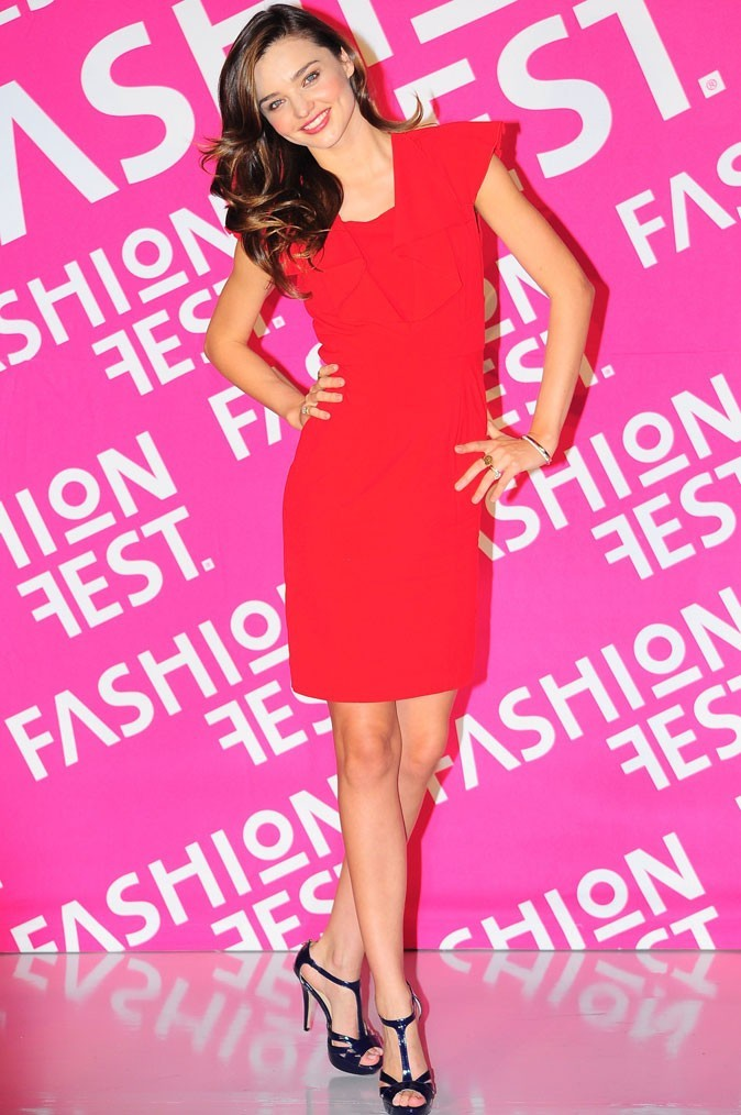 Miranda Kerr glamour en robe rouge