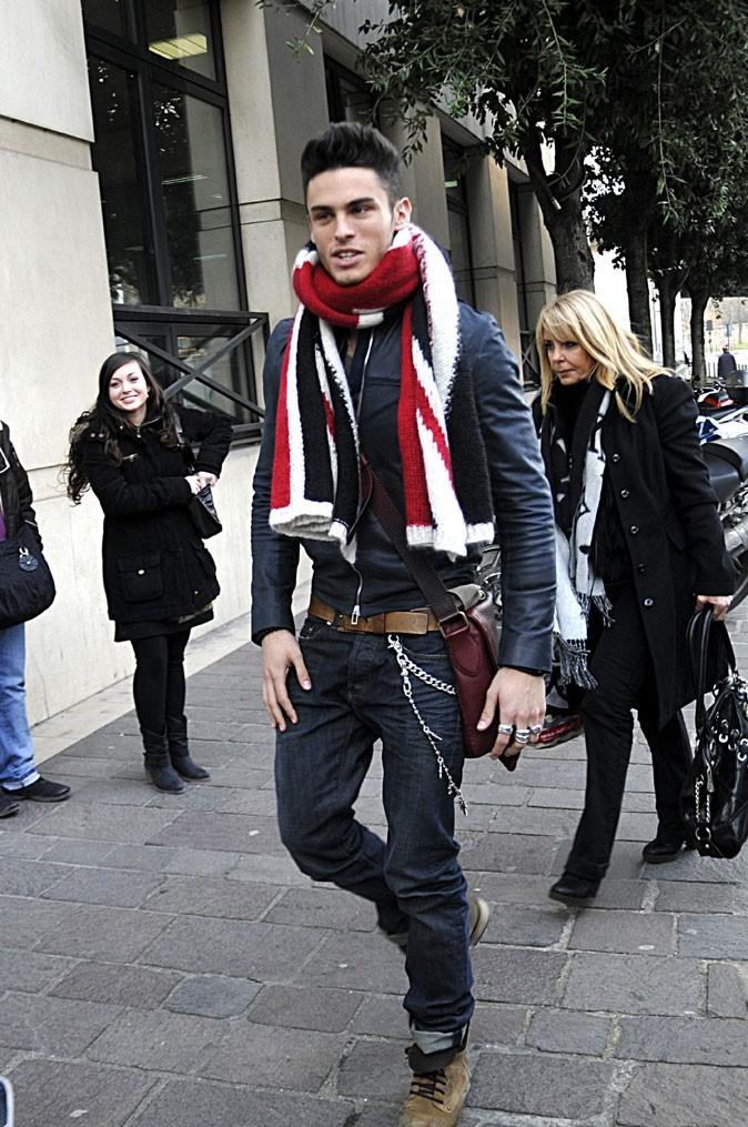 Look-de-Baptiste-Giabiconi-en-mars-2011-grosse-echarpe-et-chaines-sur-le-jean_portrait_w674