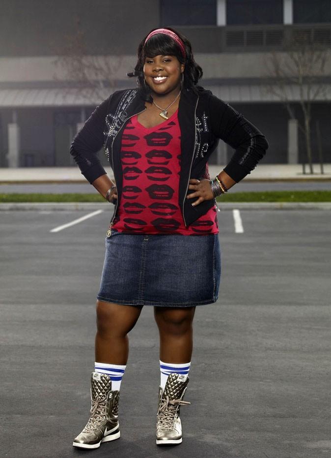 Look d'Amber Riley dans Glee : un gilet à strass et des baskets argentées