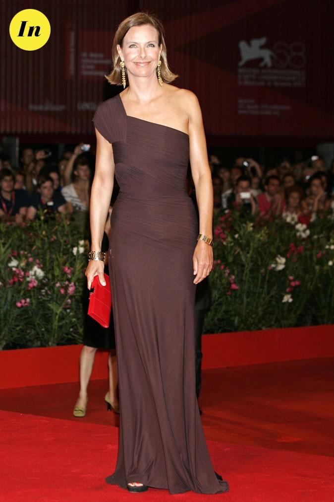 Mostra de Venise 2011 : la robe longue asymétrique de Carole Bouquet
