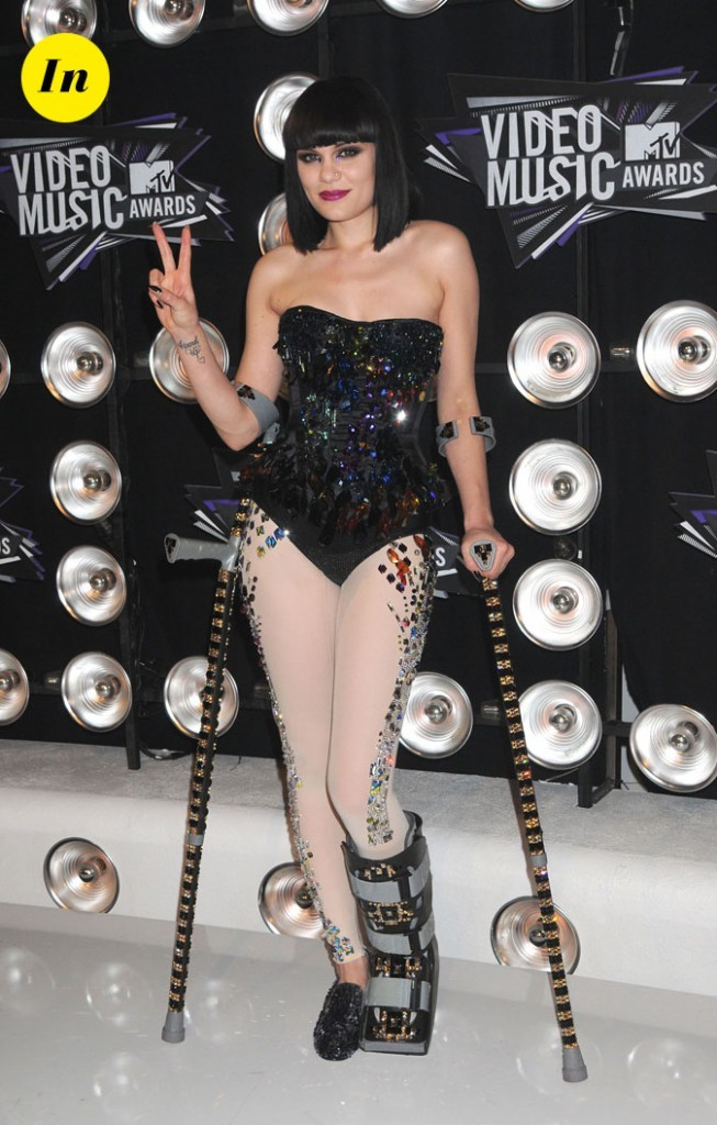 Le look de Jessie J aux MTV Video Music Awards 2011 : un body bijoux assorti aux béquilles !