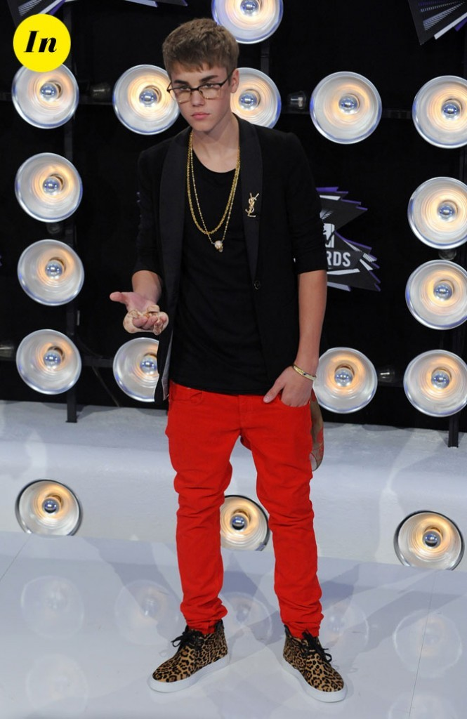 Le look de Justin Bieber aux MTV Video Music Awards 2011 : une veste YSL, un slim rouge et des shoes léopard