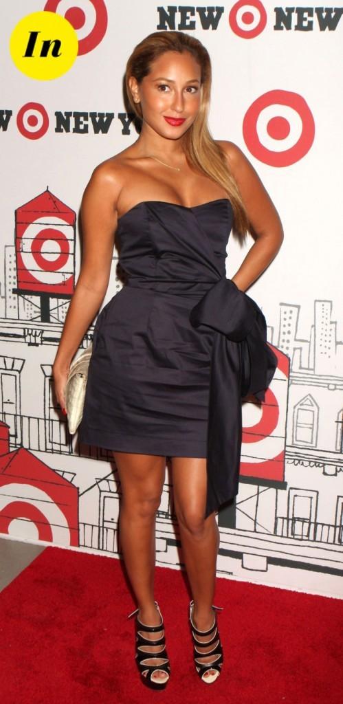 On aime le noeud XXL de la robe noire d'Adrienne Bailon !