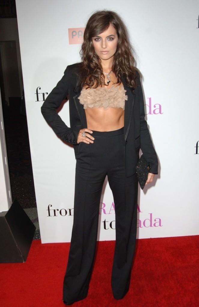 """Camilla Belle, en mode """"taupe"""" model !"""