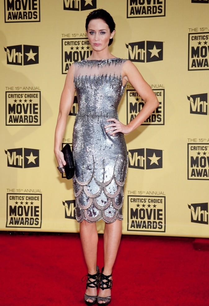 Emily Blunt est merveilleuse dans cette robe argentée !
