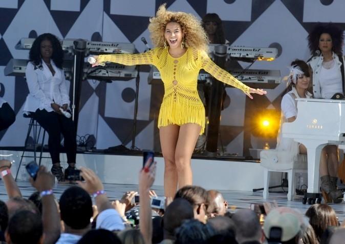 On craque pour sa robe jaune fluo à froufrous !