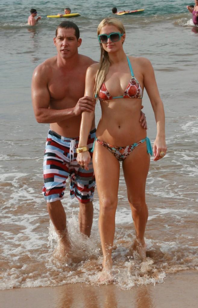 Le bikini imprimé fleuri de Paris Hilton !