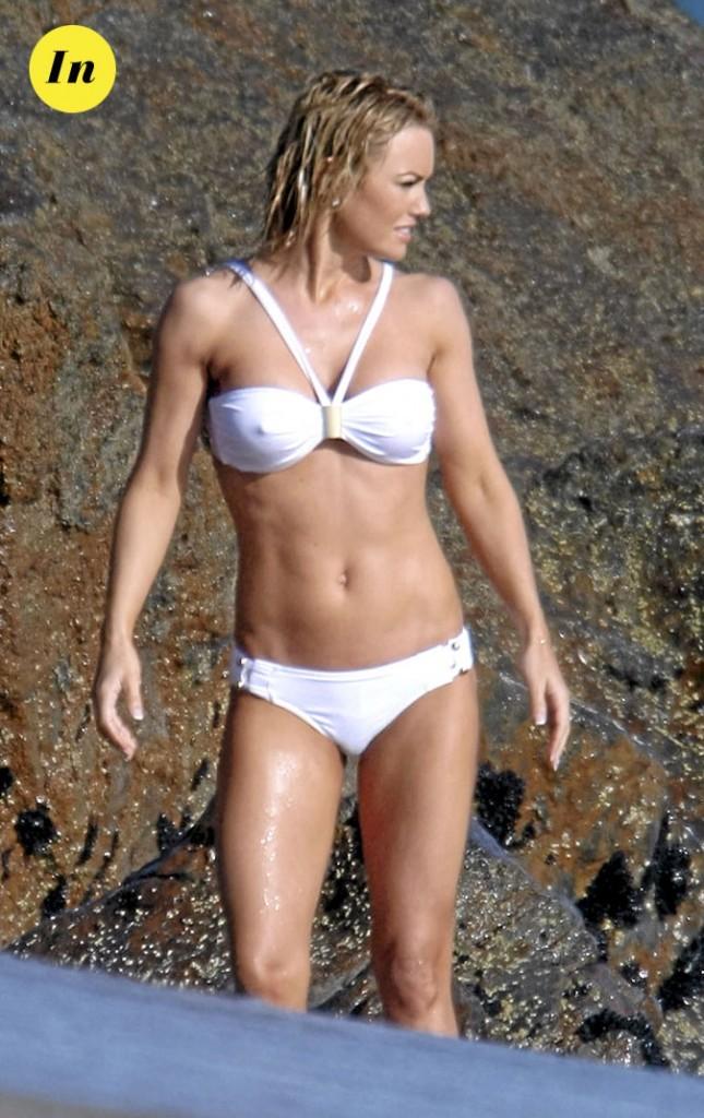 Photo : le maillot de bain blanc de Kelly Carlson à la plage !