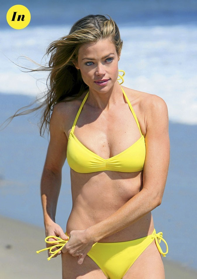 Photo : le maillot de bain fluo de Denise Richards à la plage !
