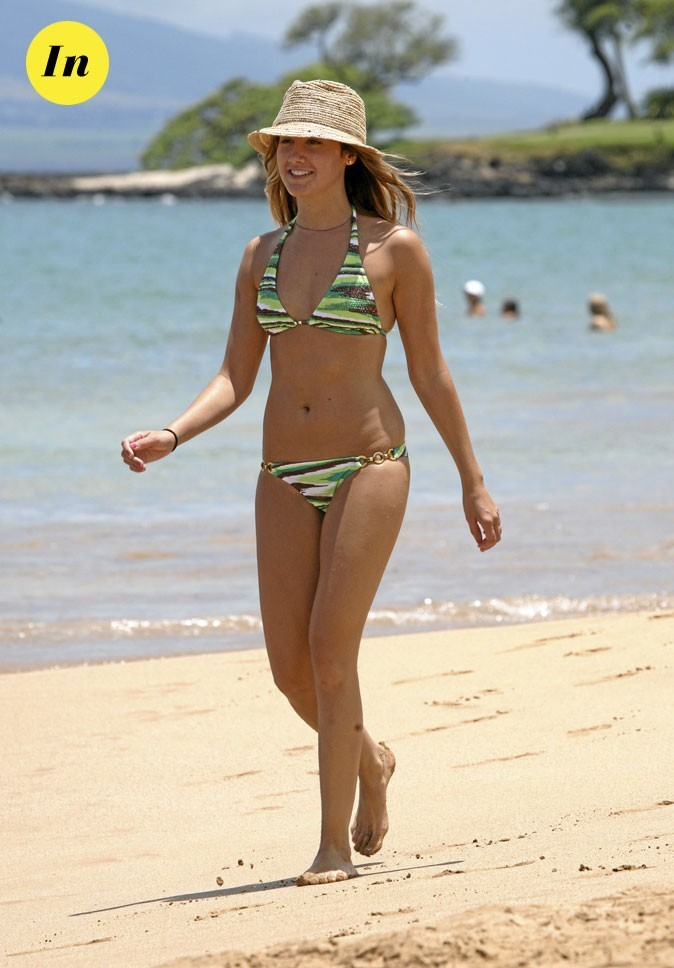 Photo : maillot de bain + chapeau de paille pour Ashley Tisdale à la plage !