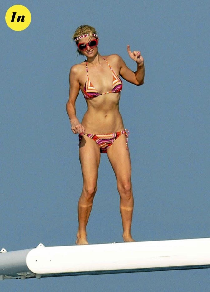 Photo : maillot de bain seventies + headband pour Paris Hilton à la plage !