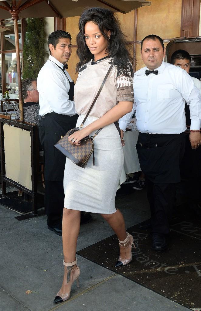 Photos : Rihanna : découvrez son CV Fashion streetwear chic !