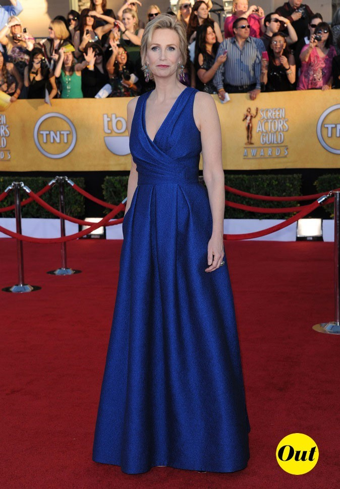 Jane Lynch dans une robe bleue David Meister