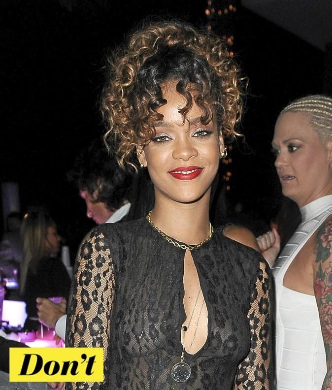 Rihanna, side hair et bouclettes sont au rendez-vous !