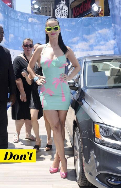 Mode d'emploi du look fluo : la robe bleu fluo de Katy Perry