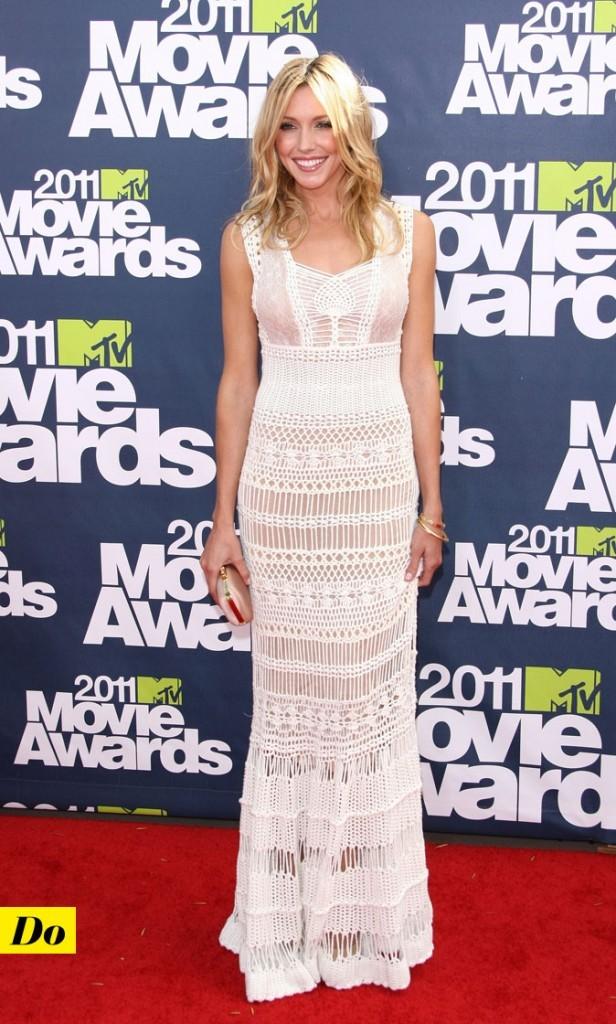 Look de star : la robe longue blanche en crochet de Katie Cassidy