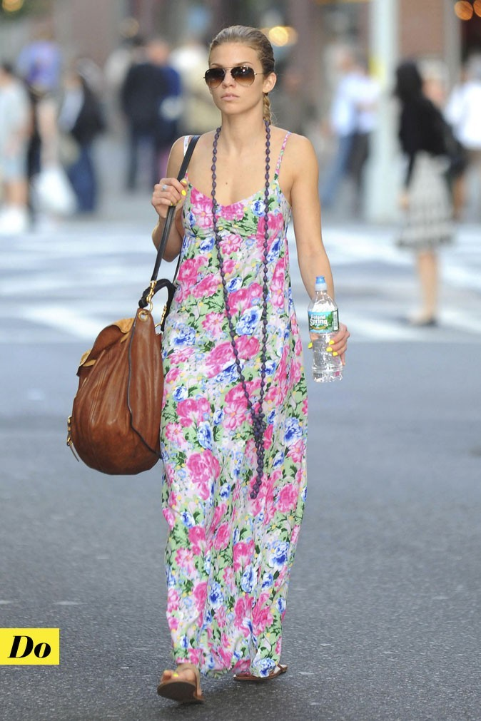 Look de star : la robe longue imprimé fleuri d'AnnaLynne McCord