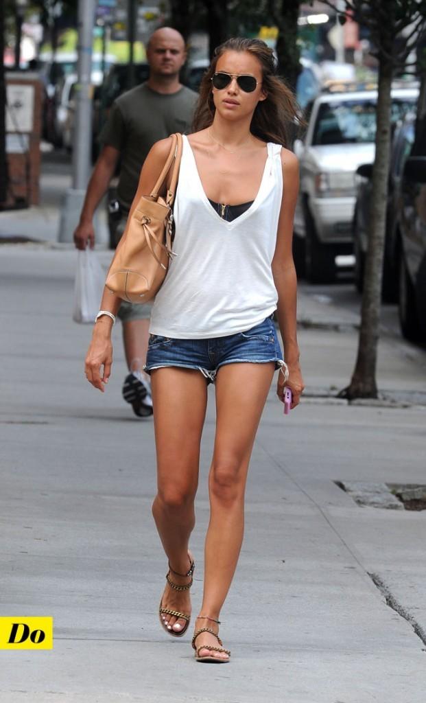 Look d'Irina Shayk : un short en jean + un top blanc sur une peau caramel !