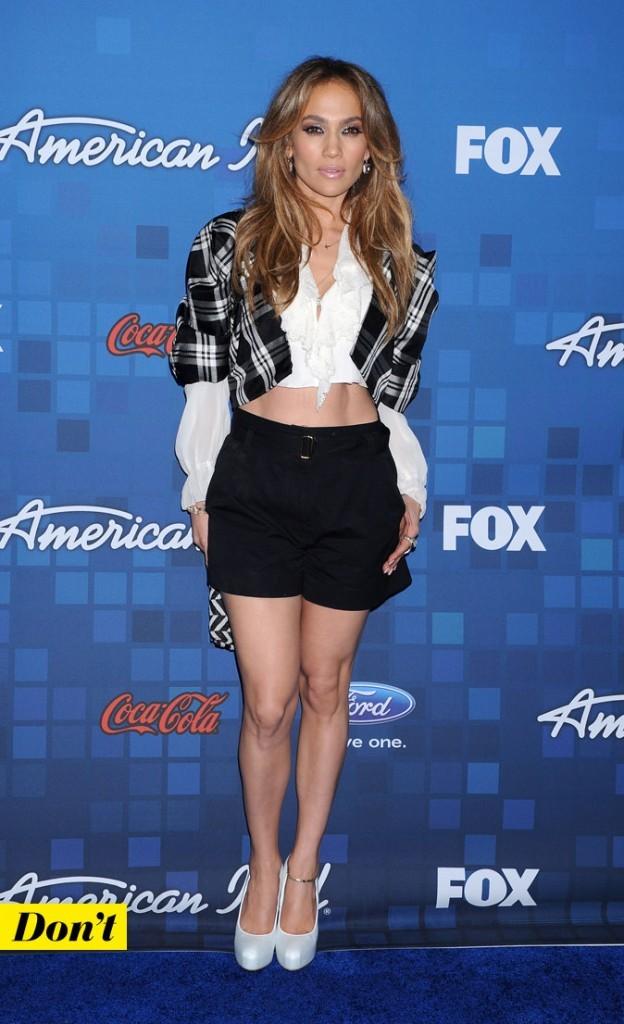 Look de Jennifer Lopez : un short taille haute + ventre à l'air + talons de 12 !