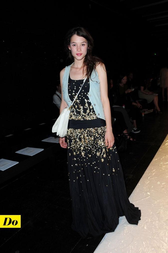 Le look denim d'Astrid Bergès-Frisbey : un gilet en jean sans manches avec une robe longue