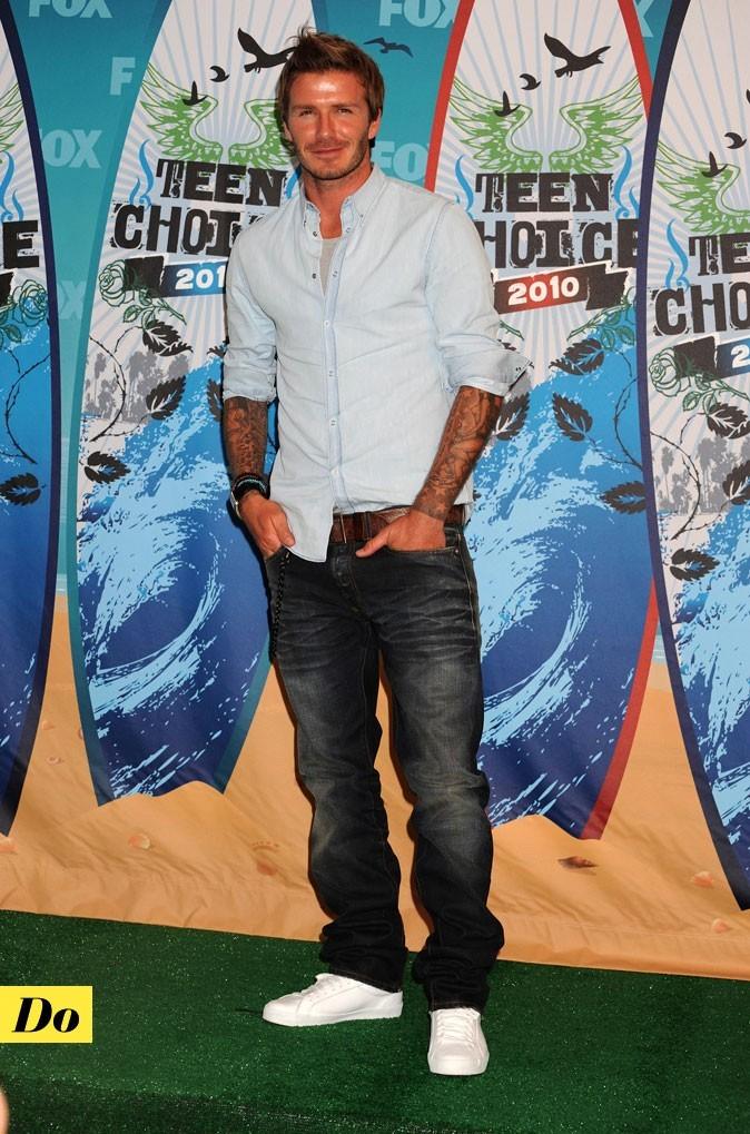 Le look denim de David Beckham : un jean baggy et une chemise claire