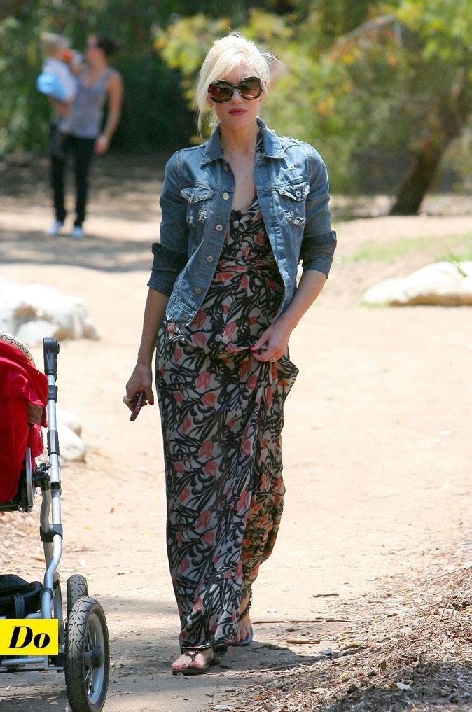 Le look denim de Gwen Stefani : une veste en jean ajustée avec une robe longue