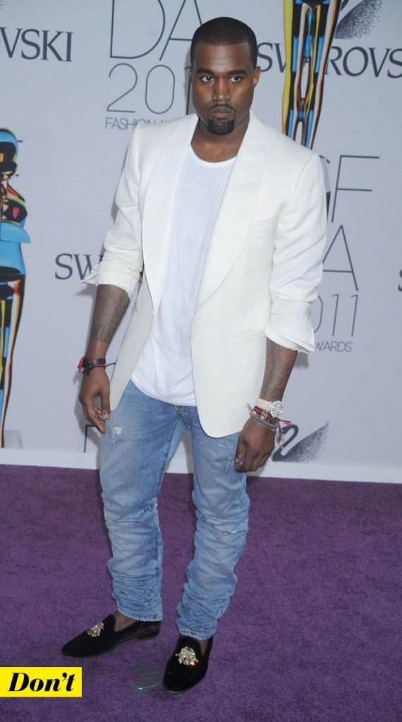 Le look denim de Kanye West : un jean vieilli avec des mocassins et une veste blanche