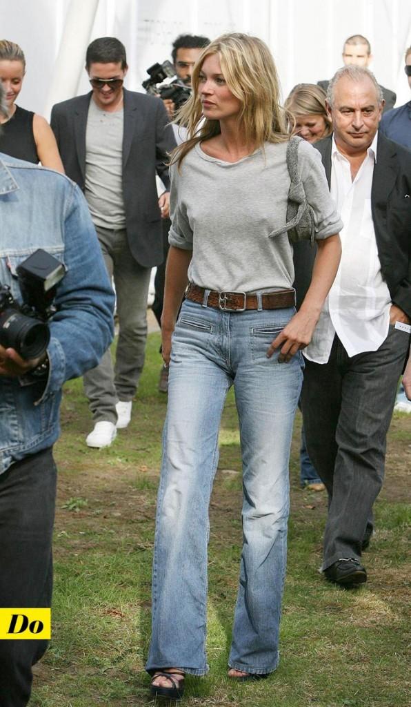 Le look denim de Kate Moss : un jean flare avec une grosse ceinture en cuir