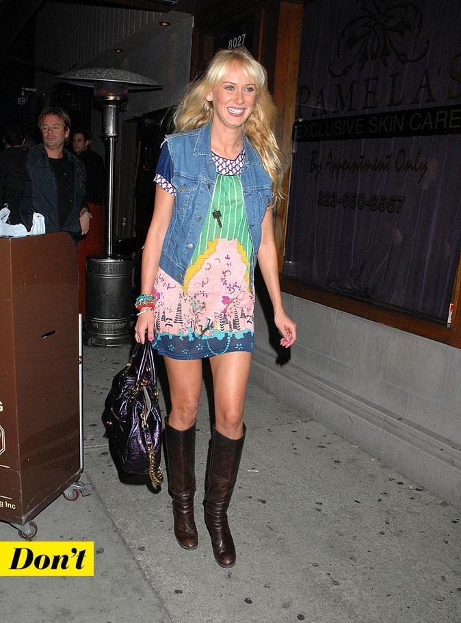 Le look denim de Kimberly Stewart : une veste en jean sans manches avec une robe imprimée