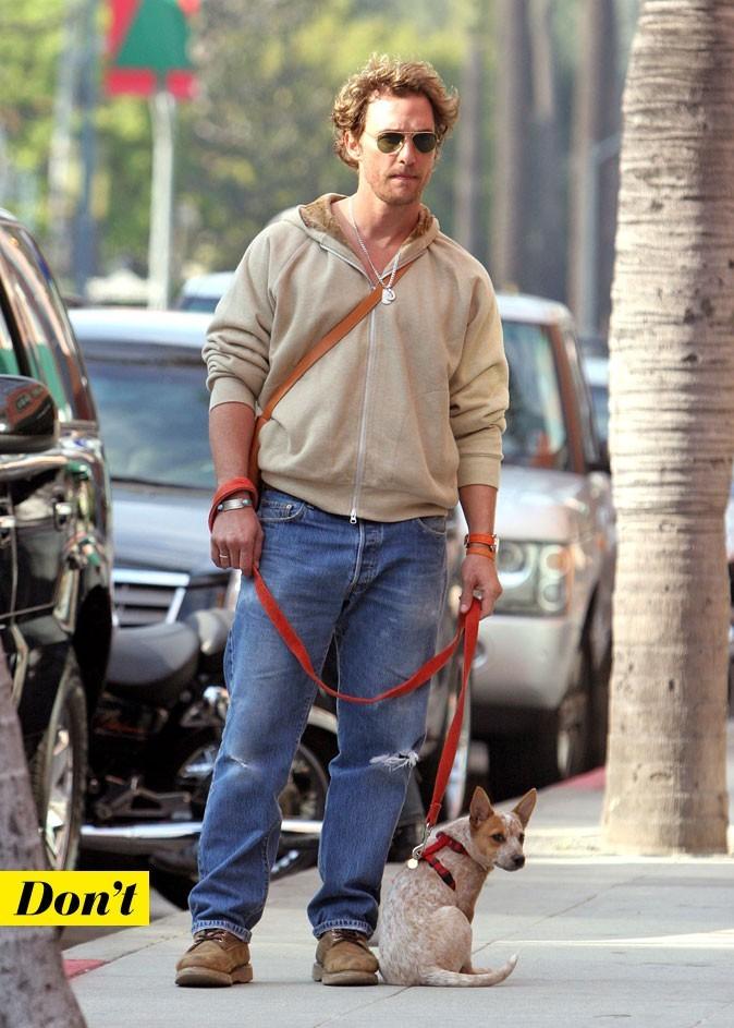 Le look denim de Matthew McConaughey : un jean déchiré avec un sweat et des chaussures de chantier