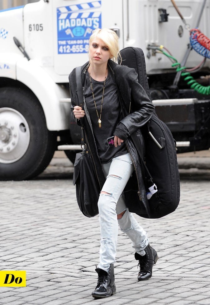 Le look denim de Taylor Momsen : un jean clair déchiré et des boots rock