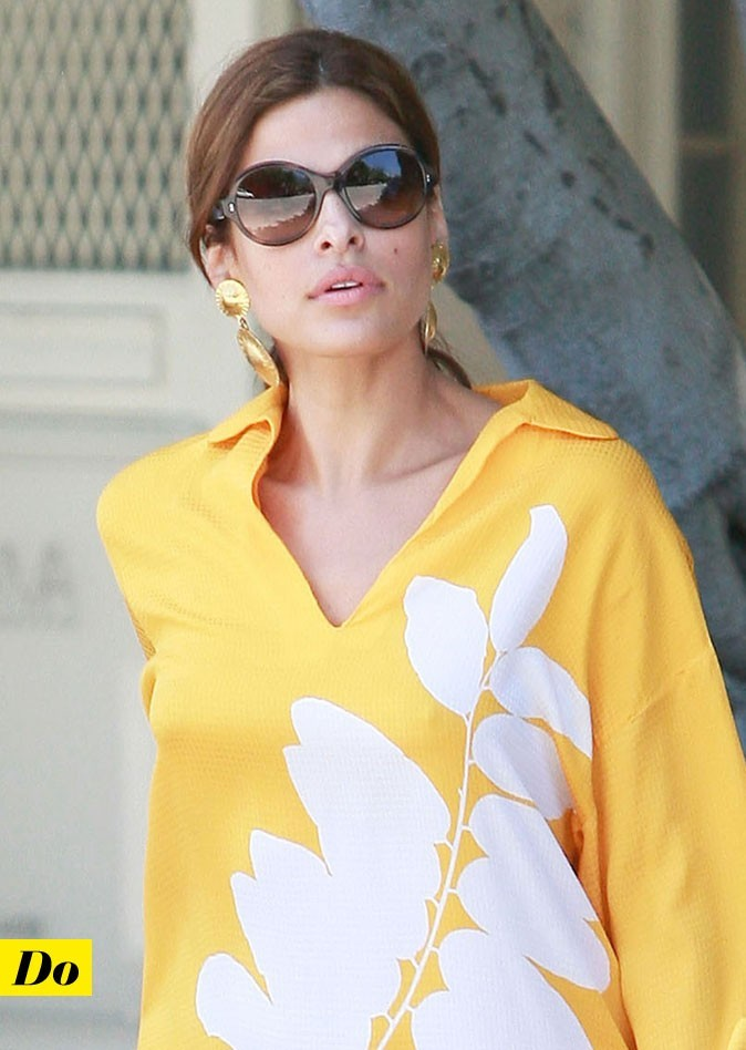 Eva Mendes sans soutien-gorge dans une robe jaune