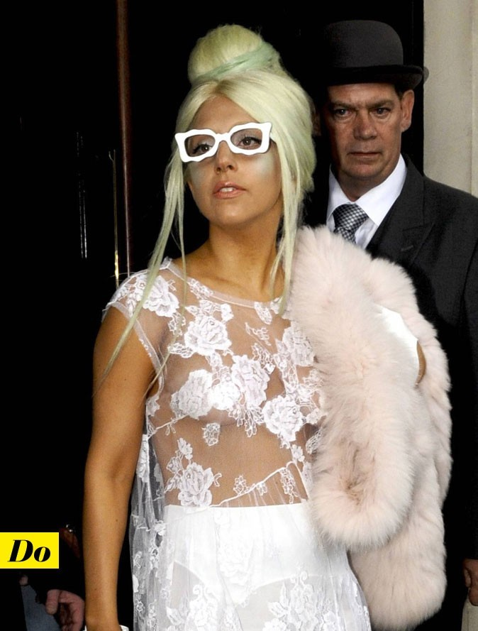 Lady Gaga sans soutien-gorge dans une robe en dentelle