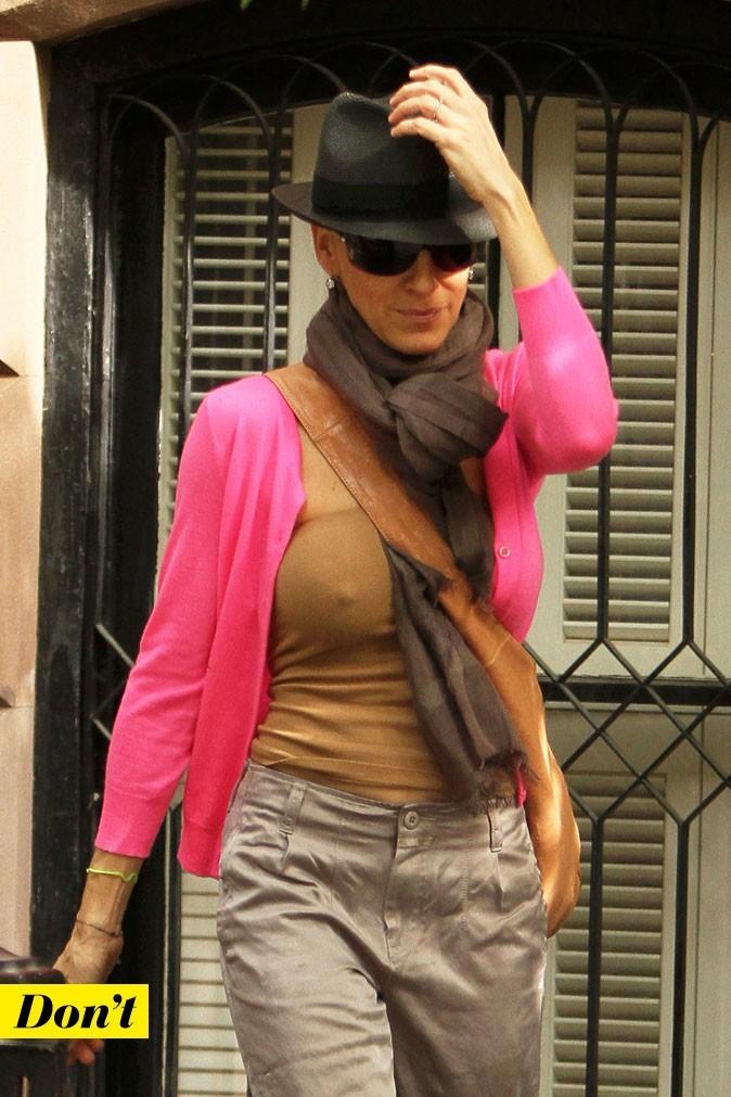 Sarah Jessica Parker sans soutien-gorge avec un top bandeau