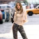 Tendance militaire : le pantalon camouflage d'Alessandra Ambrosio