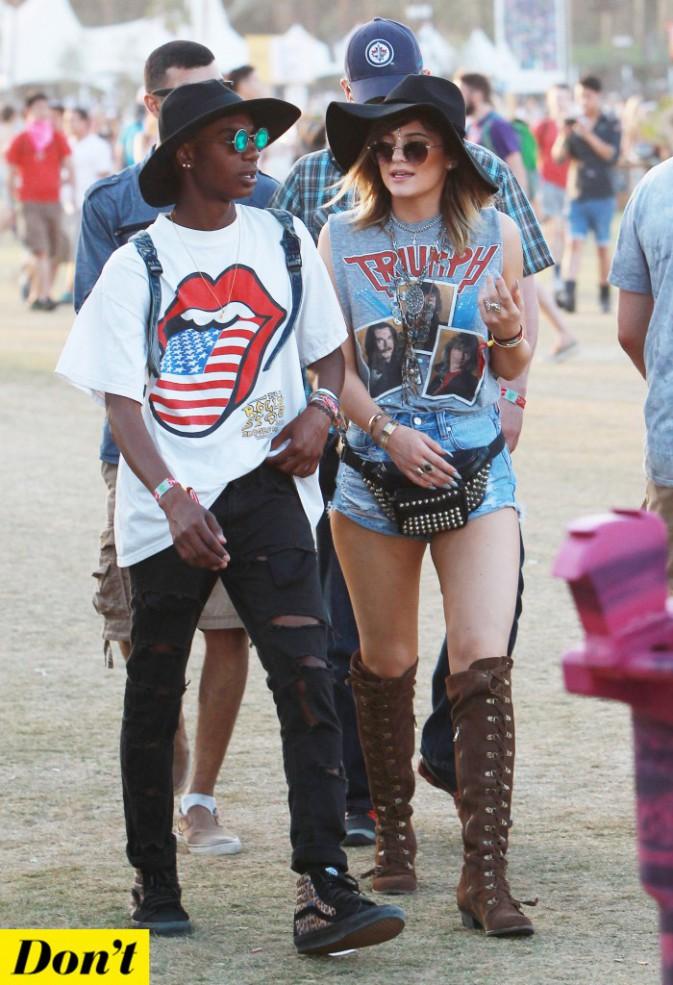 Alors que Kylie Jenner hésite entre t-shirt rock, capeline et strass sur le front. Faut s'avoir ce qu'on veut Kylie !