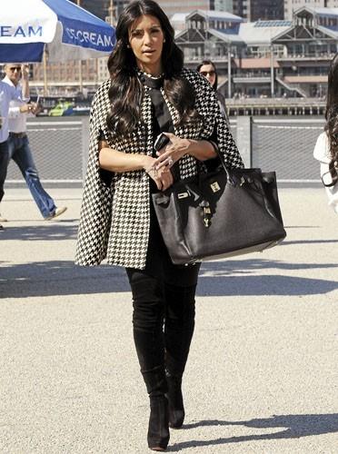 Kim Kardashian, la cape oui mais imprimé pied de poule non !