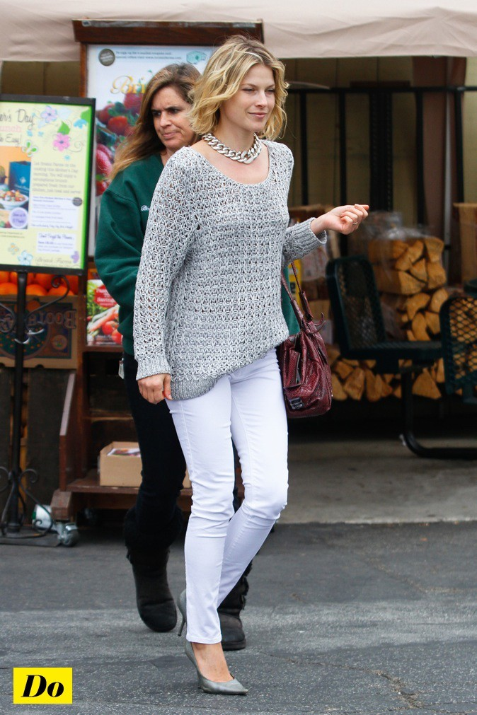 Ali Larter associe son pantalon blanc à un gros pull en mailles !