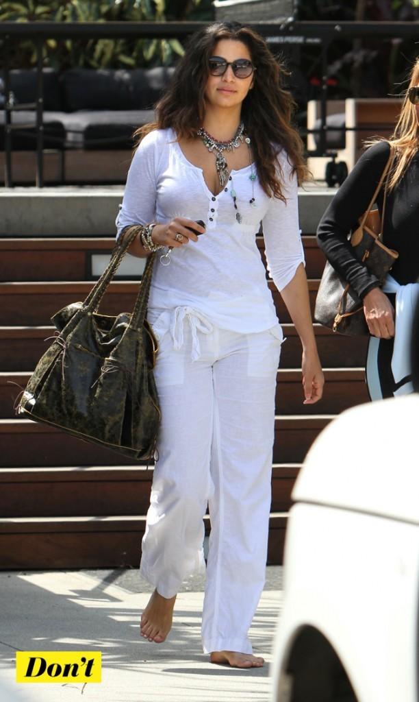 Camila Alves a opté pour le pantalon en lain et pieds nus !