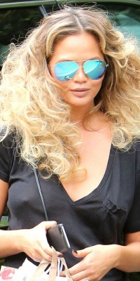 Chrissy Teigen, cheveux curly et volume maxi : on adore son hair style !