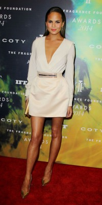 Chrissy Teigen : enchanteresse aux Fragrance Foundation Awards !
