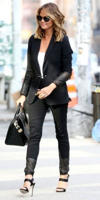Chrissy Teigen, ultra chic en tailleur bi-matière !