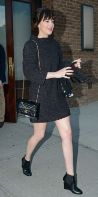 Dakota Johnson, super mimi en look black preppy !
