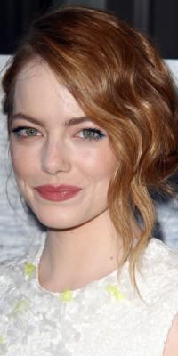 Emma Stone innove avec son eye-liner coloré ! On adore !